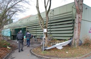 Die Pestalozzi-Halle ist eine Notunterkunft für Flüchtlinge in Konstanz. Hier leben 167 Menschen auf engstem Raum. (Bild: Thomas Martens)