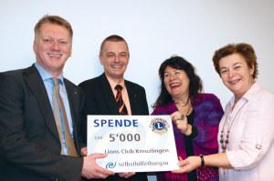 Jacques Kade, Präsident, und Urban Ruckstuhl überbringen Ingeborg Baumgartner und Heidi Güttinger die Spende (v.l.n.r.). (Bild: zvg)