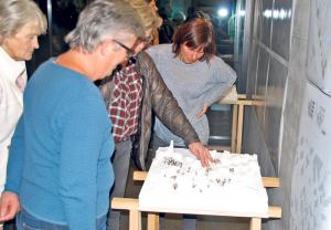 Mit grossem Interesse schauten sich die Einwohner Modell und Pläne der geplanten Zentrumsüberbauung in Güttingen an. (Bild: Thomas Martens)
