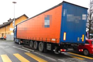 Der Lastwagenfahrer blieb mit seinem Fahrzeug im Hafenkreisel stehen. (Bild: Kapo TG)