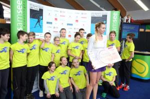 Das ITF Women's Circuit UBS Thurgau ist auch für die Ballkids ein besonderes Erlebnis (im Bild mit der letztjährigen Siegerin Olga Govortsova). (Bild: zvg)