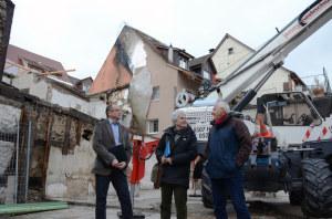 Steckborns Stadtpräsident Roger Forrer, der kantonale Denkmalpfleger Ruedi Elser und Steckborns Bauverwalter Egon Eggmann inspizieren den Brandplatz. (Bild: IDTG)