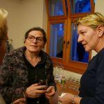Gemeindepräsidentin Lisa Raduner (Mitte) im Gespräch mit Gottlieber Einwohnerinnen. (Bild: Martin Bächer)