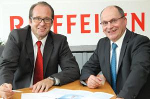 Josef Maier (rechts), Bankleiter der Raiffeisenbank Tägerwilen, kann erneut ein Rekordergebnis ausweisen, das unter anderem auf den Aufbau des Private Banking unter der Leitung von Thomas Bachofner (links) zurückzuführen ist.  (Bild: zvg)
