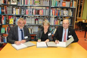 Prof. Dr. Priska Sieber, der Hochschulratspräsident der PHTG, Dr. Hans Munz (l.), und der Rektor der Universität Konstanz, Prof. Dr. Dr. h.c. Ulrich Rüdiger unterzeichnen die Vereinbarung. (Bild. zvg)