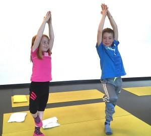 Lebhafte Positionen fördern Körperbewusstsein und Atmung – und machen Spass. (Bild: zvg)