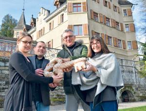 Zum Anbeissen: Die neuen Schlossherren Jacqueline und Matias Bolliger (li.) erhielten den «Hausschlüssel» von Liegenschaftsverwalter Peter Bergsteiner und Stadträtin Dorena Raggenbass. (Bild: Thomas Martens)