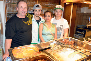 Sie wirten im neuen «Lai Thai» in Scherzingen (v.l.): Didi, Derek, Nong und Denis Stahlmann. (Bild: Thomas Martens)