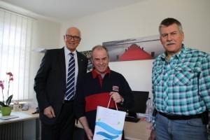 Hafenmeister Ernst Zollinger nimmt den Dank von Stadtpräsident Andreas Netzle (li) und Kurt Affolter, Leiter Ordnungsdienst, entgegen. (Bild: IDK)