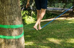 Beim Slacklinen muss man balancieren können. (Bild: Rainer Sturm/pixelio.de)