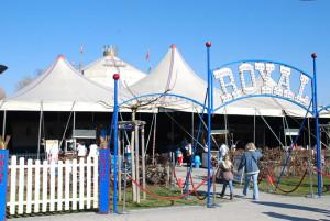 Der Circus Royal sieht es nicht gern, wenn Tierschützer neben der Kasse Flyer verteilen. (Bild: sb)
