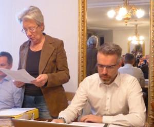 Kassierin Barbara Hummel wurde zum Ehrenmitglied ernannt. Präsident Patrick Wiget sitzt rechts von ihr. (Bild: zvg)