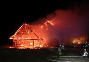 Während der Schopf vollständig niederbrannte, gelang es den Feuerwehren, Teile des Wohnhauses zu sichern. (Bild: Kapo TG)
