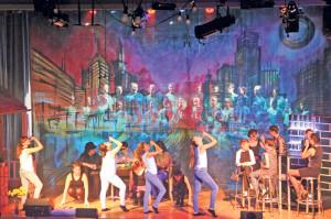 Grossartiges Bühnenbild: Hinter der Skyline der Chor, vorne die Schauspieler.(Bild: zvg)