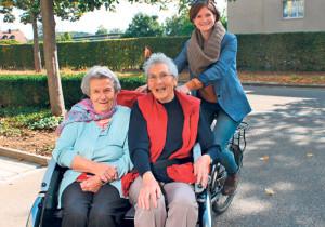 Anina Flury (re.) bringt die Idee von «Radeln ohne Alter» mit E-Rikschas für Senioren auch nach Kreuzlingen. (Bild: zvg)