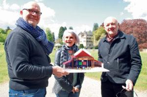 Bühnenbildner Klaus Hellenstein, SchauspielerinAstrid Keller und Regisseur Leopold Huber mit einem Modell des Spiegelzelts. (Bild: sb)
