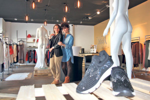 Ayse Yaman (l.) und Ina Kortoci in der neuen Mirà Fashion Lounge. (Bild: ek)