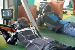 Matthias Wolfender (l.) und Christopher Zeller beim Gewehrschiessen. (Bild: zvg)