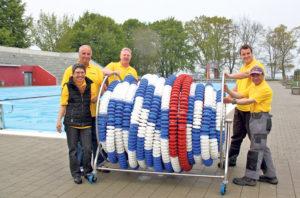 Noch herrschen frostige Temperaturen, doch das Team vom Schwimmbad Hörnli legt sich dennoch mächtig ins Zeug für die Eröffnung. (Bild: zvg)
