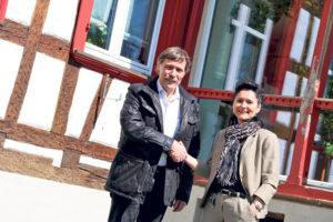 Rolf Meier vom Restaurant Lamm übergibt das Hotel am Lindeneck an Erika Harder vom Hotel Seemöwe.(Bild: Hana Mauder)
