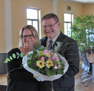 Schulrpäsident René Zweifel gratuliert Susan Danubio-Hugelshofer zur Wahl. (Bild: ek)