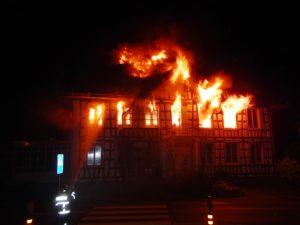 Das ehemalige Restaurant im Zentrum von Uttwil brannte vollständig aus. (Bild: Kapo TG)
