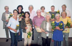 Insgesamt wurden zwölf Personen zu Ehrenmitgliedern ernannt, darunter Gründungsmitglied und langjährige Einsatzleiterin Claire Naef (5.v.r.).
