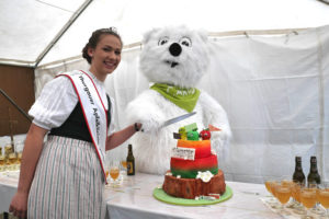 Apfelkönigin Bernadette Böni und Carlo Bär schneiden die Geburtstagstorte an. (Bild: zvg)