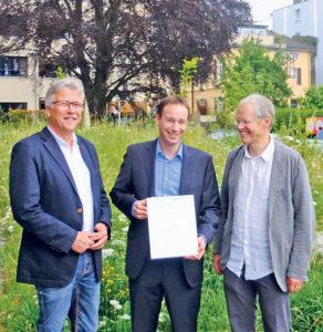 Stadtrat Ernst Zülle, Eigentümer Patrick Bücheler und Reto Locher von der Stiftung Natur und Wirtschaft (von links nach rechts) bei Übergabe des Zertifikats. (Bild: vf)