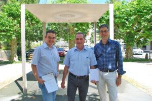 (V.l.) Stephan Marty, Alfredo Sanfillipo und Walter Schmid vor dem Signerbrunnen hinter dem jetzigenStadthaus an der Marktstrasse. (Bild: sb)