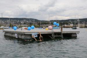 Impression der schwimmenden Ausstellung aus dem Schwimmbad Enge, Zürich. (Bild: zvg)