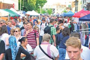 Von überall her kommen Gäste nach Kreuzlingen und Konstanz, um das einmalige Flair des 24-Stunden-Flohmarktes zu erleben. (Bild: sb)