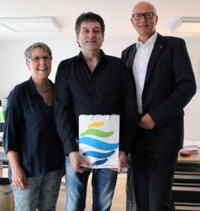 Andrea Monti freut sich über den Stadtwein und die anerkennenden Worte von Stadträtin Barbara Kern und Stadtpräsident Andreas Netzle. (Bild: IDK)