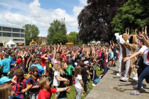 Hunderte von Schülern haben beim Flashmob. (Bild: IDK) mitgemacht.