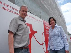 Die Geschwister Roell vor dem entstehenden Begegnungszentrum Trösch. (Bild: sb)