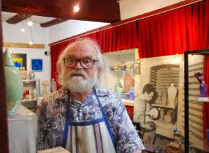 Der Künstler und Poet Klaus Rothe in seiner Werkstatt. (Bild: vf)