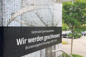Ein Plakat ziert den Eingang des Brückenangebots in Kreuzlingen. (Bild: ek)