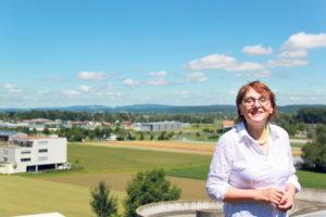 Cornelia Zecchinel über den Dächern von Tägerwilen.(Bild: ek)