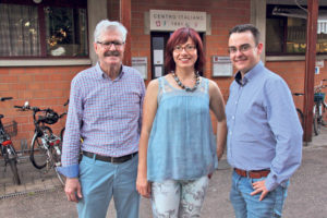 (V.l.) BrunoSchlauri, Sandra Stadler und Stephan Marty vor demCentro Italiano, wo die Bezirksversammlung stattfand. (Bild: sb)