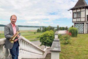 Big Band Leader Dani Felber auf seinem Anwesen in Ermatingen.(Bild: ek)
