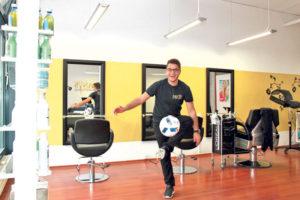 Coiffeur Danyel Sacilik macht es vor: Je länger der Ball in der Luft bleibt, desto mehr Rabatt gibt es auf den Haarschnitt. (Bild: ek)