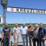 Der Präsident des Fantastical Kreuzlinger Seenachtfest, Markus Baiker, begrüsst Hannes Schwarz (ifolor), Mani Hirt und Peter Joder (Hirt & Co. Fireworks AG), Urs Eberli (Seepolizei Thurgau) sowie Hansueli Egloff (Kieswerk Müller E. & Co AG) am Ort des Geschehens.  (Bild: zvg)