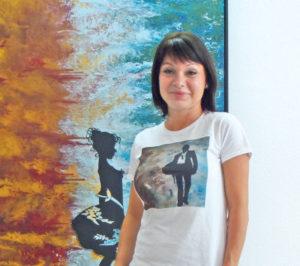 Die Künstlerin Rita Kiss vor einem ihrer Werke. (Bild: dh)