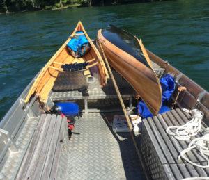 Das Boot kollidierte mit dem Brückengeländer und musste von der Seepolizei geborgen werden. (Bilder: Kapo TG)