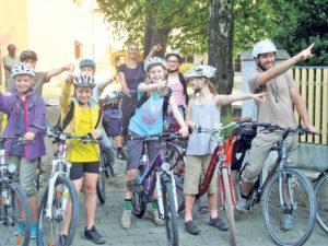 Klassenlehrer Richard Haag zeigt mit den Kids Richtung Säntis. (Bild: zvg)