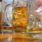 Zu tief ins Glas geschaut? (Symbolbild: pixplosion/pixelio.de)