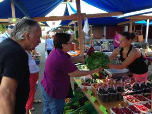 Regionales Gemüse und Früchte sind besonders beliebt am Dorfmarkt. (Bilder: zvg)