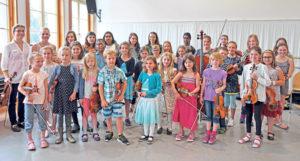 Heidi Gramatic mit Schülern der Violinenklasse Ioan und Heidi Gramatic und der Celloklasse Regina Kobe. (Bild: zvg)