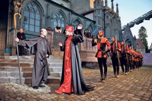 Spätestens als die Inquisition auf dem Münsterplatz aufmarschiert, wird klar, weshalb Angst ein gängiges Regierungsmittel ist.(Bild: Ilja Mess)
