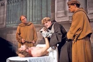 William von Baskerville (Odo Jergitsch, l.) und Adson von Melk (André Rohde, r.) versuchen eine mysteriöse Reihe von Todesfällen aufzuklären. (Bild: Ilja Mess)